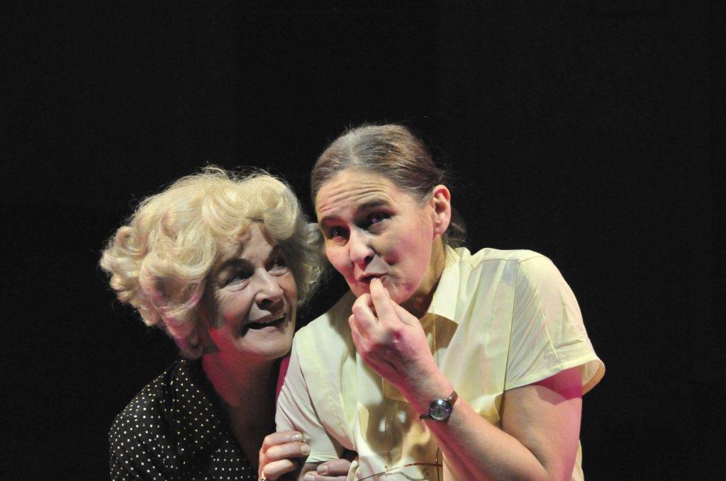 Zwei alte Damen tanzen Walzer | Foto © Edith Zehentmayer