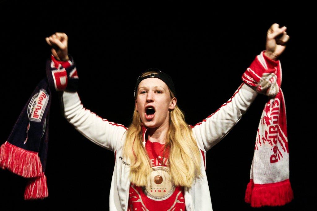 Chrissi (Melanie Kogler) ist durch und durch Red-Bull-Salzburg-Fan. | Foto © Markus Steinwender