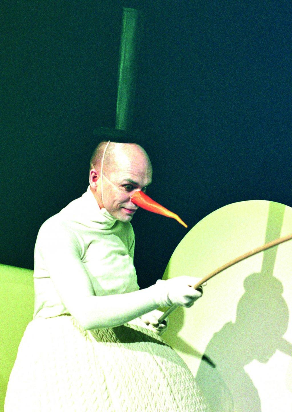 Jeda, der Schneemann, beim Fischen. | Foto © Ellmauer, theater yby